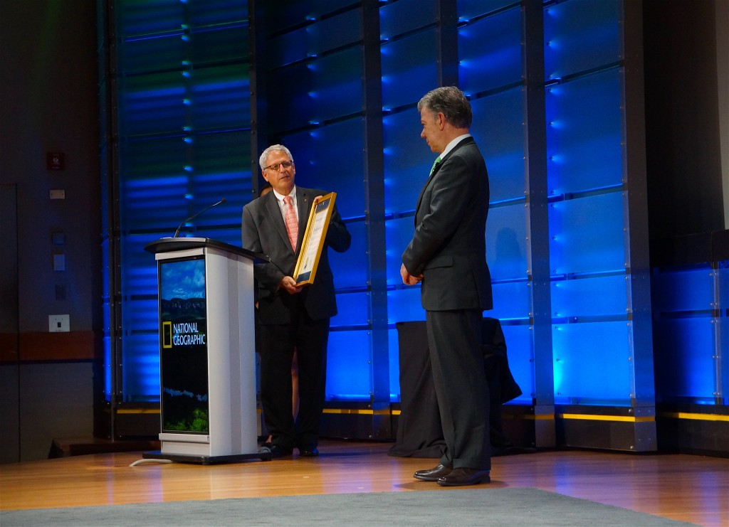 Gary Knell of the National Geographic Society honoring Juan Santos, president of Colombia. Photo by Enrique Ortiz
